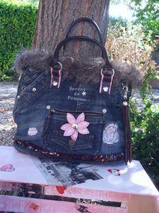 sac jeans et fourrure face fleur milieu