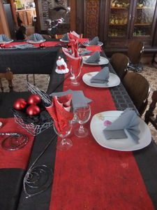 Lovely decoration table de noel rouge et blanc 2 table for Deco table blanc et gris