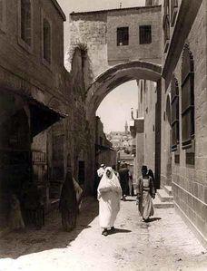 Groupe de personnes se promenant dans une ruelle, Jerusalem