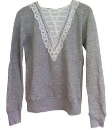Sweat gris a plastron blanc style dentelle URBAN OUTFITTERS