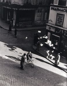 Doisneau--1944-Lancer-de-tracts-Paris.jpg