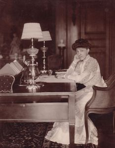 Edith-Wharton-in-her-library--1905.jpg