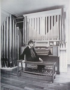 anne-marie-a-l-orgue-d-andre-marchal.JPG