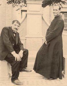 Artemide Zatti : 15 mars. Photographié avec un prêtre.