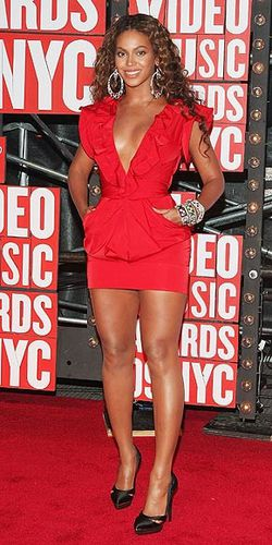 beyonce-mini-robe-rouge.jpg