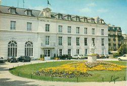 Hôtel de La Rochefoucauld (Hôtel de Ville) rue de la Surintendance Saint-Germain-en-Laye et statue henri 4