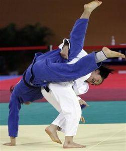 1159640142-south-korea-s-hwang-ye-sul-right-throws-north-ko.jpg