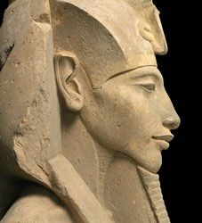 Akhenaten profile1