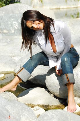 Photo - Denise Milani en jeans et chemisier blance