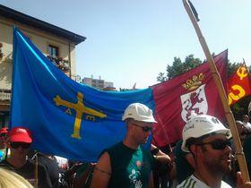 www.mineros con las banderas de Asturiias y León 2