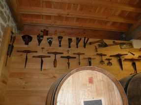 144 Bondonnières et autres outils de tonneliers