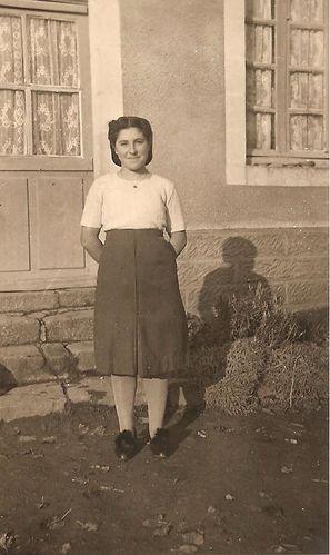 Renée Deloumeau devant chez elle, vers 1943 001