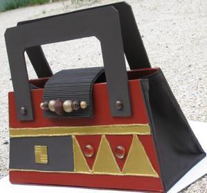 un petit dernier sac main en carton style africain meubles en carton marie krtonne. Black Bedroom Furniture Sets. Home Design Ideas