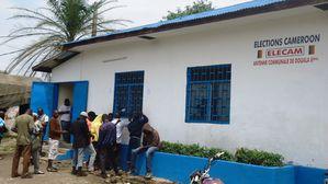Douala, 18 juin 2013. Des potentiels électeurs attendent l