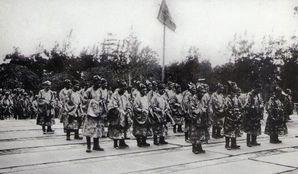 Mandarins à une audience années 20