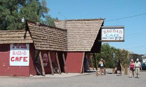 photo-touristes-au-bagdad-cafe-sur-la-route-66-copie-2.jpg