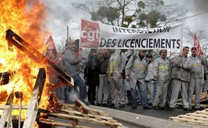 99789_employees-of-french-car-maker-renault-demonstrate-aga.jpg