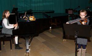weihnachtsschuelerkonzert 11 Paula und Lilli Minnemann Viol