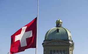 drapeau-suisse-flotte-bern-devant-palais-federal-1566877-61.jpg