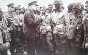 1944-Eishenower-e-paracadutisti.JPG