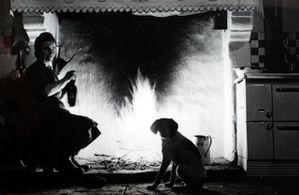 Femme et chien devant cheminée FMerlet