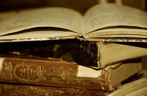 800px-Old_book_-_Timeless_Books.jpg