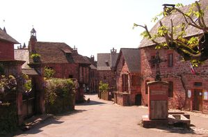 Collonges-la-Rouge_place.JPG
