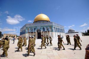 1337635549-idf-soldiers-visit-the-alaqsa-mosque-compound--j.jpg