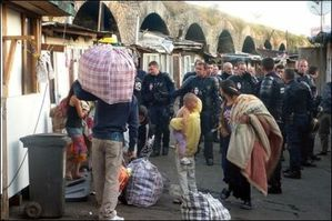 26379_des-roms-sont-evacues-par-des-crs-le-6-juillet-2010-a.jpg