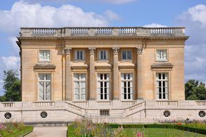 800px-Petit_Trianon_-_Facade_ouest_-2-.jpg