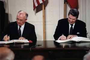 Reagan_and_Gorbachev_signing-gr37.jpg