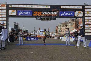 VeniceMarathon (28^ ed.). Vincono i keniani Machichim e Kibarus, ottimo terzo posto all'esordio per Andrea Lalli