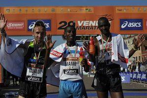 Venicemarathon 2014 (29^ ed.). Corrono nelle diverse gare 23.000 persone. Dominio etiope nella 42,195 km. Gualdi, felice, al secondo posto