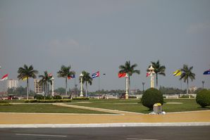 Devant le Palais Royal à Phnom Penh (quai Sisowath)