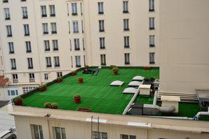 Moquette gazon synth tique sur un toit terrasse solier for Moquette pour terrasse