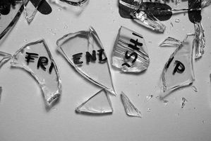 black-black-and-white-broken-friendship-glass-Favi-copia-1.jpg