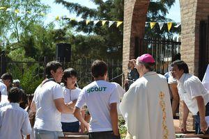 El-Obispo-y-los-jovenes-reciben-a-los-peregrinantes.jpg