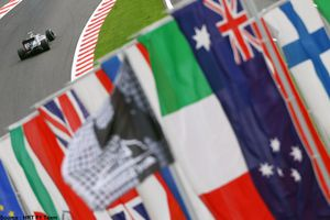 HRT - Bruno Senna et drapeaux (2)