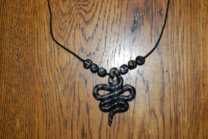 Collier serpent gris noir 12