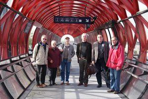 Les membres de l'Association de Promotion de la Ligne Nantes Bordeaux sur la passerelle de la gare de la Roche sur Yon