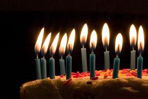 800px-Blue_candles_on_birthday_cake.jpg