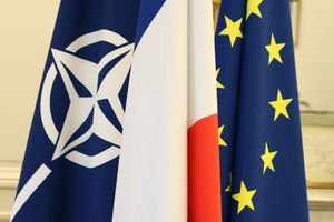 drapeaux-de-l-otan-de-la-france-et-de-l-union-ue defense go
