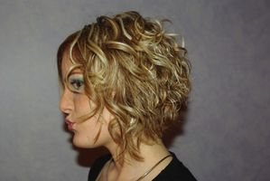 07 coiffures pour cheveux ondul s boucl s ou fris s. Black Bedroom Furniture Sets. Home Design Ideas