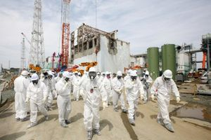 518288-membres-medias-employes-tepco-examinent.jpg