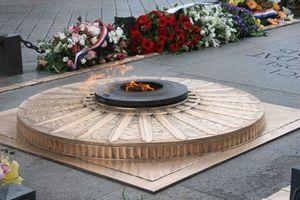 flamme-du-soldat-inconnu-arc-de-triomphe imagelarge