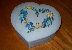 Boîte coeur brodée rubans