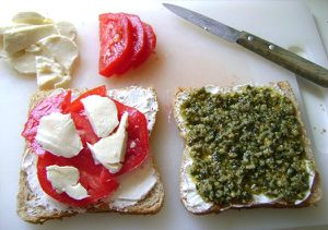 Grilled-Cheese-Pesto-Sauge-et-Tomates---Cru.JPG