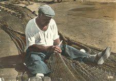 pêcheur ravaudant ses filets