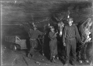 lavoro-Lewis-Hine-Child_coal_miners_-1908-.jpg