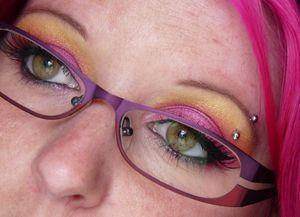 Maquillage jaune rose lunettes